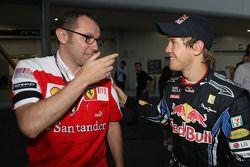 Carrera ganador Sebastian Vettel, Red Bull Racing con Stefano Domenicali, Director de deportes de Sc