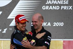 Podium : Le vainqueur Sebastian Vettel, Red Bull Racing avec Adrian Newey, directeur technique de Re