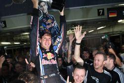 Ganador de la carrera Sebastian Vettel, Red Bull Racing celebra con su equipo
