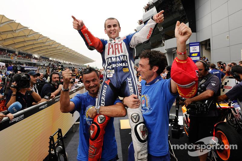 Campeón de MotoGP 2010 Jorge Lorenzo, celebra el Fiat Yamaha Team