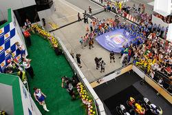 Podio: Ganador de la carrera Valentino Rossi, Fiat Yamaha Team celebra