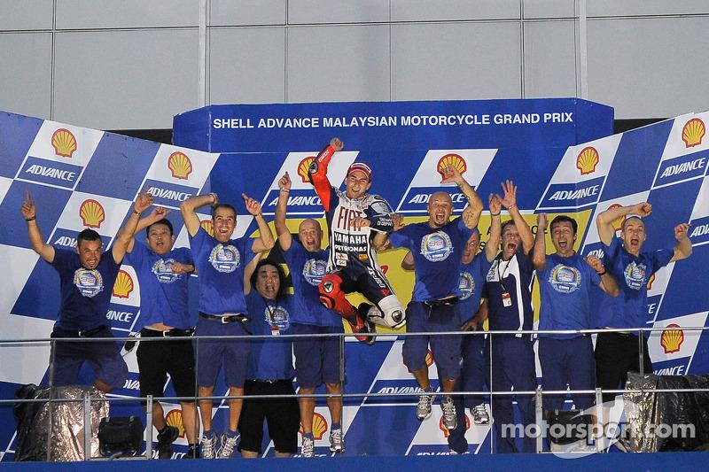 Campeón de MotoGP 2010 podio: Jorge Lorenzo, Fiat Yamaha Team celebra con su equipo