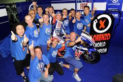 Campeón de MotoGP 2010 Jorge Lorenzo, Fiat Yamaha Team celebra con su equipo