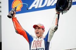 Podio: Campeón de MotoGP 2010 Jorge Lorenzo, Fiat Yamaha Team celebra