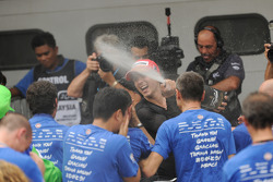 Campeón de MotoGP 2010 Jorge Lorenzo, Fiat Yamaha Team celebra con el equipo