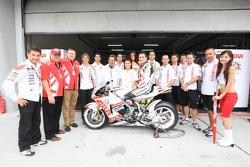 Randy De Puniet, LCR Honda MotoGP posa con el equipo