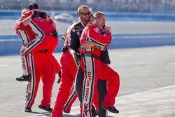Les membres du Stewart-Haas Racing Chevrolet célèbrent la victoire de Tony Stewart