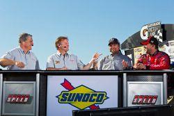 Victory lane: le vainqueur Tony Stewart, Stewart-Haas Racing Chevrolet donne des interviews pour la
