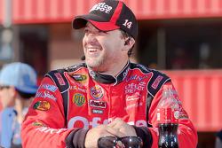 Victory lane: race winnaar Tony Stewart, Stewart-Haas Racing Chevrolet doet TV interviews
