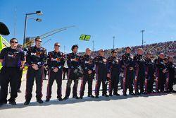 Les membres de FedEx se lèvent pour l'hymne national