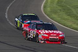 Tony Stewart, Stewart-Haas Racing Chevrolet devance Jeff Gordon, Hendrick Motorsports Chevrolet