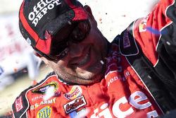 Victory lane: race winnaar Tony Stewart, Stewart-Haas Racing Chevrolet