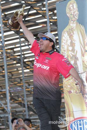 Cruz Pedregon houdt zijn beker in de lucht, 2010 Toyo Tires NHRA Nationals