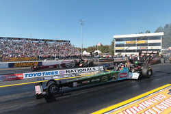 Terry McMillen competes against Larry Dixon during round 1