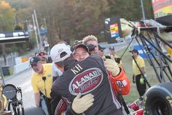 Cory McClenathan feliciteerd Larry Dixon met de overwinning