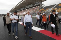 Le directeur de course Charlie Whiting inspecte le circuit de Corée