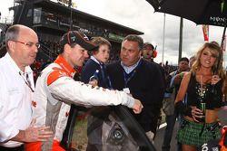 Le directeur des V8 Supercars Tony Cochrane, Craig Lowndes, Team Vodafone N°888 et Hon Joe Hockey, trésorier de Shadow