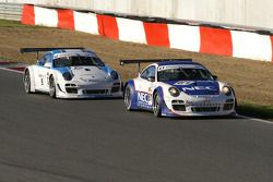La Porsche N°61 de Paul van Splunteren et Marco Holzer; et la Porsche N°12 d'Armand Furnal et Jérôm