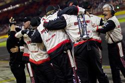 Les membres de l'équipe Penske Racing Dodge fêtent la victoire de Brad Keselowski