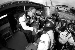 Alexander Wurz et l'équipe Peugeot Total débriefent les essais