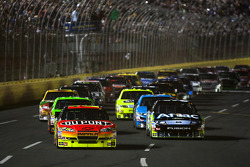 Start: Jeff Gordon, Hendrick Motorsports Chevrolet and Carl Edwards, Roush Fenway Racing Ford lead the field