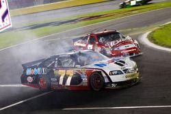 Sam Hornish Jr., Penske Racing Dodge en Kasey Kahne, Richard Petty Motorsports Ford crash