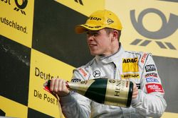 Podium: race winner Paul di Resta, Team HWA AMG Mercedes C-Klasse
