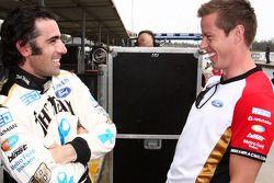 Dario Franchitti parle avec James Courtney, Jim Beam Racing