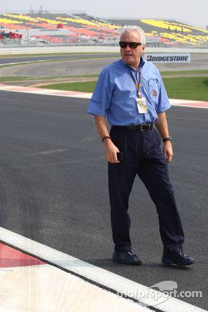 Charlie Whiting, directeur de course, starter et délégué sécurité de la FIA, regarde le circuit