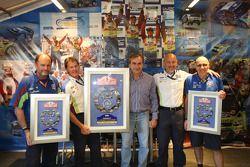 Wereldkampioen rally, Carlos Sainz geeft Malcolm Wilson een speciale plakaat voor de 200ste rally va