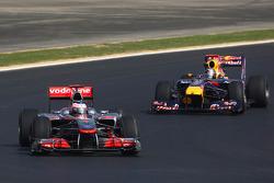 Jenson Button, McLaren Mercedes ve Sebastian Vettel, Red Bull Racing