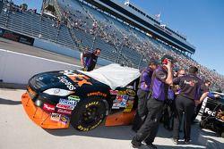 Les mécaniciens de l'équipe Joe Gibbs Racing Toyota de Denny Hamlin