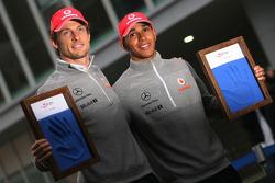 Дженсон Баттон, McLaren Mercedes и Льюис Хэмилтон, McLaren Mercedes на церемонии оставили отпечатки