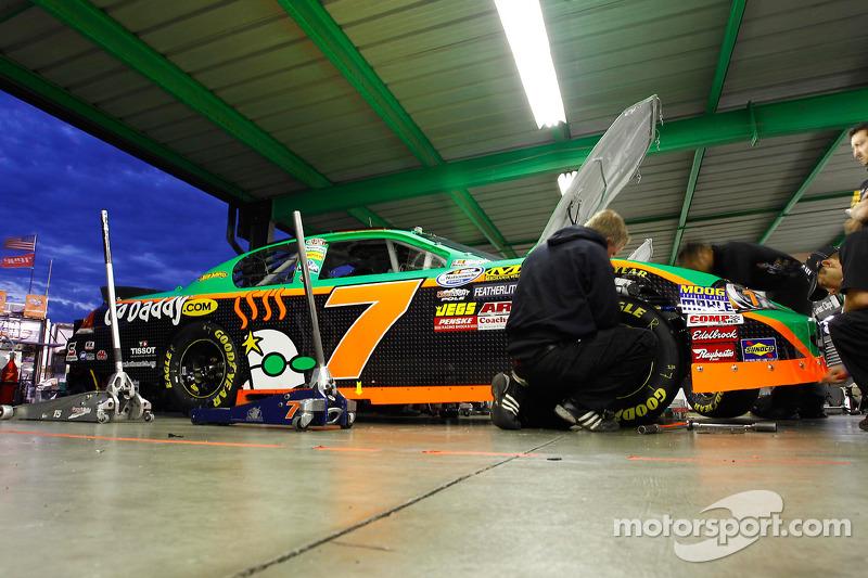Teamleden van Danica Patrick werken aan de auto
