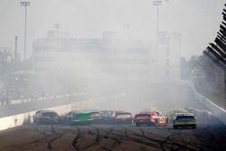 Brendan Gaughan, Peyton Sellers et dix autres voitures dans un carambolage