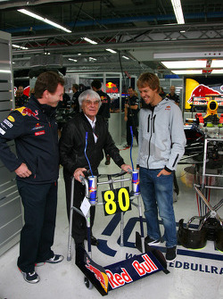 Берни Экклстоуну исполняется 80 на следующей неделе и в качестве команда Red Bull дарит ему гоночные ходунки вместе с Себастьяном Феттелем, Red Bull Racing и Кристианом Хорнером, руководителем Red Bull Racing