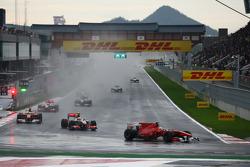 Фернандо Алонсо, Scuderia Ferrari едет впереди Льюиса Хэмилтона, McLaren Mercedes