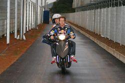 Sebastian Vettel (Red Bull) rentre aux stands après l'explosion de son moteur