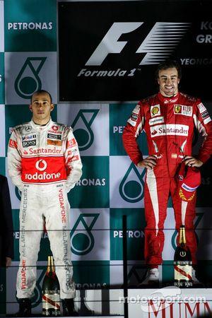 Podium : Fernando Alonso (Ferrari), vainqueur, et Lewis Hamilton (McLaren-Mercedes)