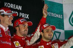 Podium : Fernando Alonso (Ferrari), vainqueur, Felipe Massa (Ferrari) et Chrys Dyer (ingénieur de piste de Fernando Alonso)