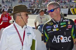 Jack Roush discute avec son chef-mécanicien Bob Osborne