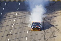 Race winnaar Denny Hamlin, Joe Gibbs Racing Toyota viert