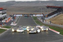 Start: #25 Reiter Lamborghini Murcielago R: Ricardo Zonta, Frank Kechele devant le peloton