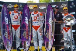 Podium : Jamie Whincup et Steve Owen, vainqueurs, avec Roland Dane et Andy Priaulx de Team Vodafone