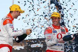 Jamie Whincup et Steve Owen (Team Vodafone) célèbrent leur victoire au Gold Coast 600