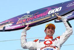 Jamie Whincup (Team Vodafone) célèbre sa victoire au Gold Coast 600