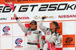 Vainqueur podium GT300: #3 Hasemi SportTomica Z: Kazuki Hoshino, Masataka Yanagida