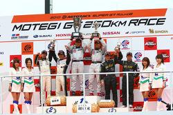 Vainqueur podium GT300 : #3 Hasemi SportTomica Z: Kazuki Hoshino, Masataka Yanagida, 2e : #2 Hiroki Katoh, Hiroshi Hamaguchi, 3e : #86 Jloc Lamborghini RG-3: Koji Yamanishi, Yuhi Sekiguchi