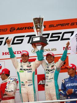 Vainqueur podium GT500 : #1 Petronas Tom's SC430: Juichi Wakisaka, Andre Lotterer