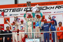 Podium GT500 winnaar: #1 Petronas Tom's SC430: Juichi Wakisaka, Andre Lotterer, 2de: #18 Weider HSV-